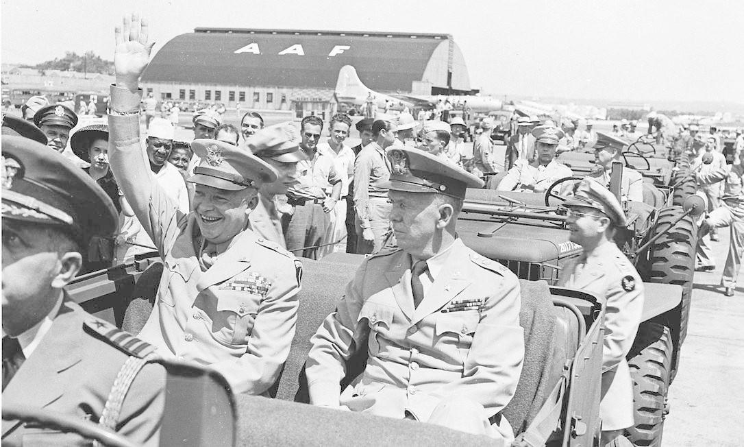 O general Dwight D. Eisenhower, sentado na parte traseira do jipe americano, durante desfile do Dia da Vitória HANDOUT / REUTERS