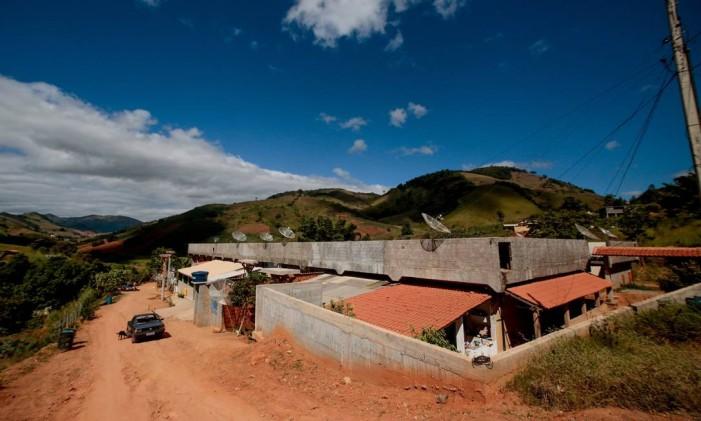 No município, moradores ocuparam hospital que teve obras abandonadas Foto: Pedro Kirilos / Agência O Globo