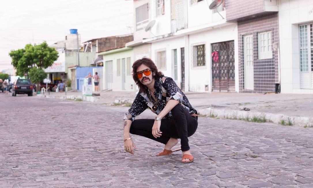 Com visual de rock setentista, Givly Simons jura que o trabalho do grupo é sério, assim como o álbum 'Lambada quente' Foto: / Divulgação