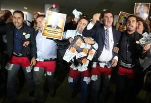 Sindicalistas protestaram com dólares na cueca vermelha contra o PT e o governo Dilma Foto: Ailton de Freitas / Agência O Globo