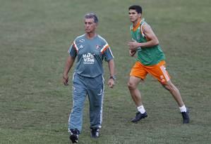 Ricardo Drubscky, técnico do Fluminense, e o novo reforço Magno Alves. Atacante já treina com o time, mas por enquanto ficará na reserva Foto: Alexandre Cassiano