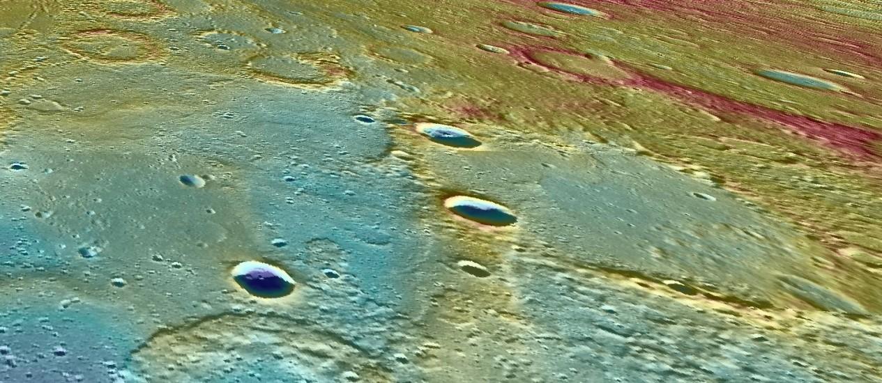 Imagem da superfície de Mercúrio em cores falsas para evidenciar as diferenças de elevação: rochas imantadas da superfície foram usadas para calcular idade do campo magnético do planeta Foto: Nasa