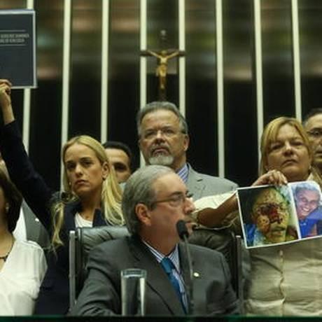 Mitzy (de branco), Laura (ao centro) e Rosa com fotos da filha, no Senado Foto: Andre Coelho