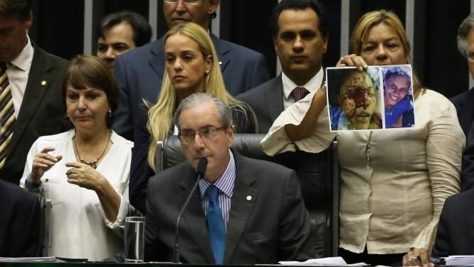 O presidente da Câmara dos Deputados, Eduardo Cunha preside sessão ao lado de Rosa Orozco (direita), mãe de estudante morta pela policia venezuelana, Lilian Tintori (centro) e Mitzy Capriles (esquerda) Foto: Ailton de Freitas / Agência O Globo