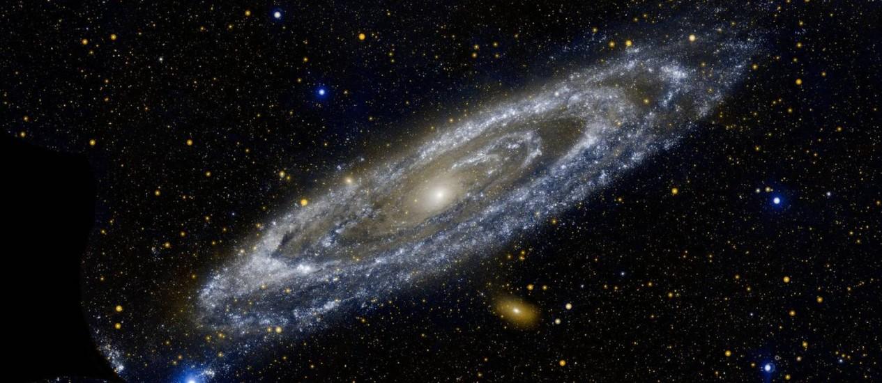 A galáxia de Andrômeda vista pelo observatório espacial Galex, da Nasa, na faixa ultravioleta, a mesma usada pelos astrônomos para estudar seu halo Foto: Nasa
