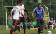 Professor. Vanderlei Luxemburgo orienta os jogadores no treino em Atibaia