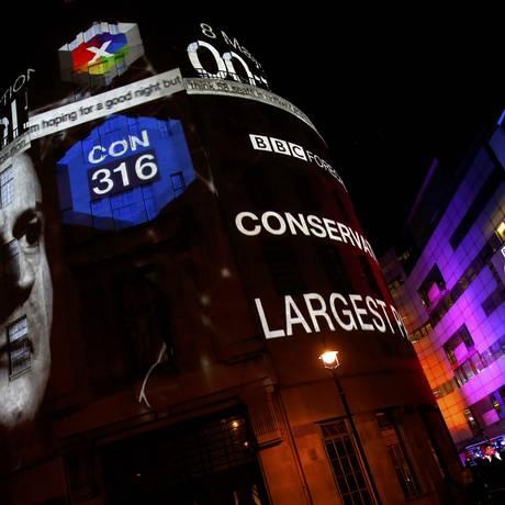 Resultados da projeção das eleições britânicas são projetaados na fachada da sede da BBC no centro de Londres. Boca de urna aponta larga vantagem dos Conservadores, enquanto pesquisa do YouGov mostra mais equilíbrio na disputa pelo Parlamento Foto: EDDIE KEOGH / REUTERS