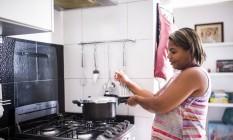 De volta. Aos 37 anos, Cintia Agripina de Carvalho foi demitida de uma rede varejista e se viu obrigada a retomar o trabalho da juventude Foto: Fabio Seixo / Agência O Globo
