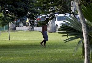 Homem segura faca no Aterro do Flamengo Foto: Marcelo Piu / O Globo