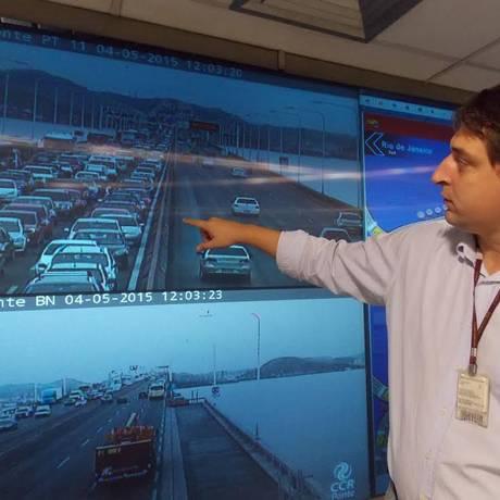 Gerente de atendimento da CCR Ponte, Júlio Amorim mostra os reflexos da obra do BRT no tráfego da ponte e prevê o agravamento dos engarrafamentos a partir de julho Foto: Paulo Roberto Araújo