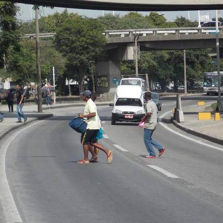 Pedestres se arriscam na travessia no local onde ficarão as novas passarelas Foto: Paulo Roberto Araújo