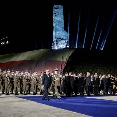 Evento pelos 70 anos do fim da Segunda Guerra iluminou, à meia-noite desta sexta, a cidade de Gansk, na Polônia, onde foi disparado o primeiro tiro do conflito, em 1939 Foto: AGENCJA GAZETA / REUTERS