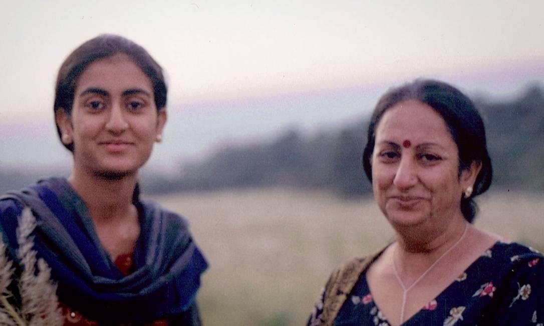 Sheena (à direita) e sua filha, Sunanda: contato pelo Facebook Foto: Reprodução
