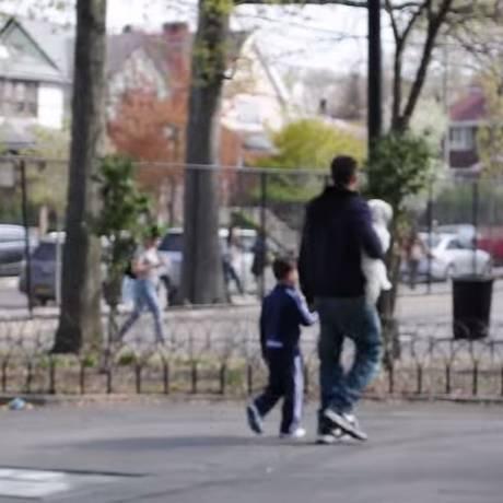 Após um rápido diálogo, garoto concorda em ir para casa de desconhecido Foto: Reprodução/Youtube