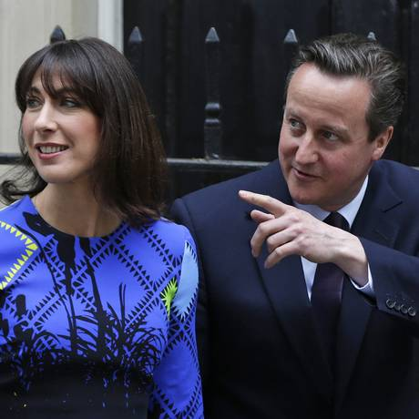 Cameron e a mulher, Samantha, comemoram vitória Foto: Alastair Grant / AP