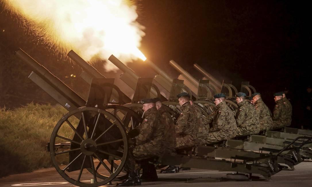 Soldados poloneses usam canhões durante a cerimônia para comemorar a data que marca o fim da Segunda Guerra Mundial no Memorial Westerplatte em Gdańsk, no norte do país AGENCJA GAZETA / REUTERS