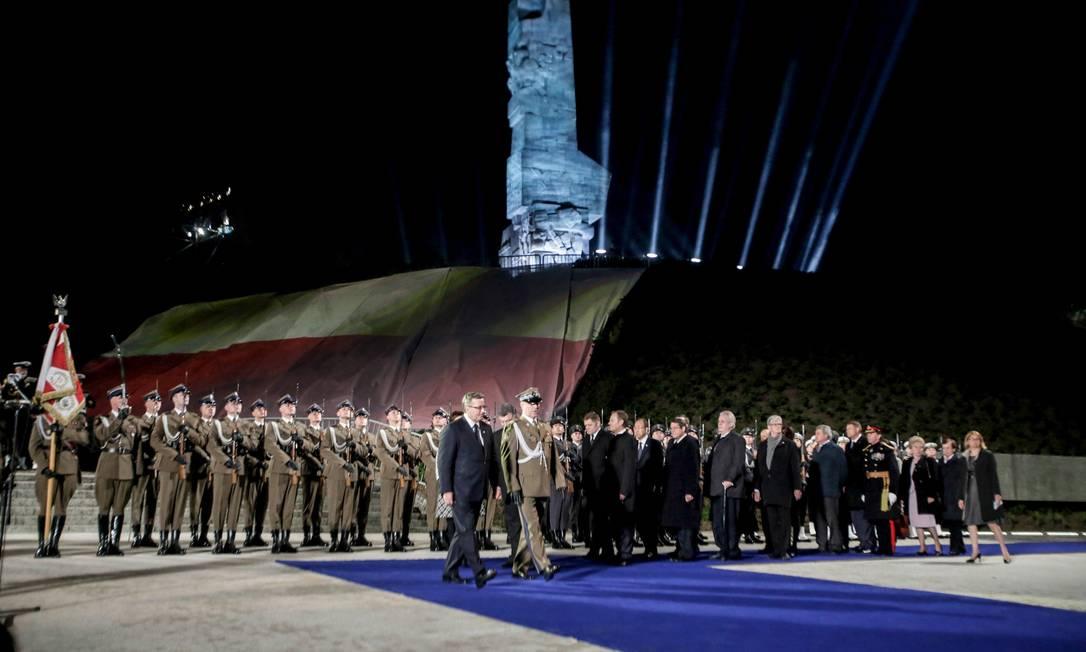 Presidente polonês Bronislaw Komorowski e oficiais vão a cerimônia para comemorar o aniversário do fim da Segunda Guerra Mundial em Gdańsk, no norte da Polônia AGENCJA GAZETA / REUTERS