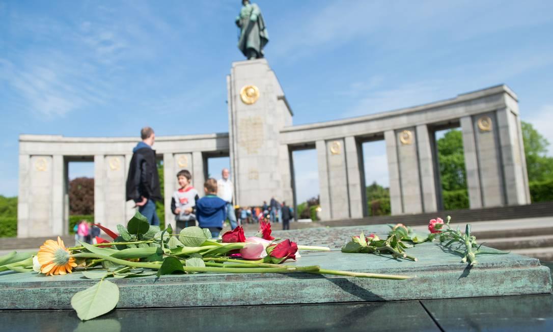 Flores foram colocadas sobre o Memorial da Guerra Soviético no bairro de Tiergarten, em Berlim, na Alemanha MAURIZIO GAMBARINI / AFP