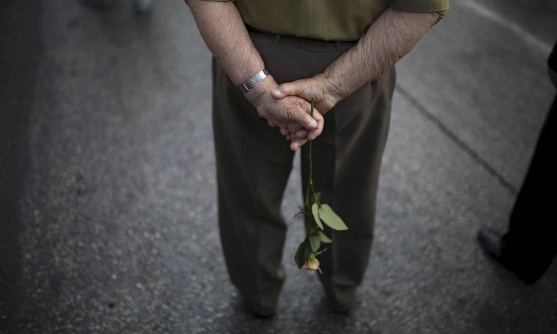 Veterano segura uma rosa durante a parada em Israel um dia antes do Dia da Vitória, que esse ano marca 70 anos de vitória dos Aliados AMIR COHEN / REUTERS