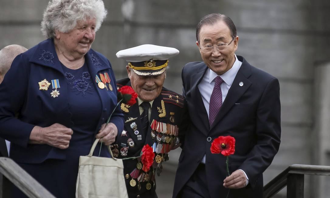 Secretário Geral da ONU Ban Ki-moon ajuda veterano Ivan Zaluzhny em visita ao Museu da Grande Guerra Patriótica em Kiev, na Ucrânia GLEB GARANICH / REUTERS