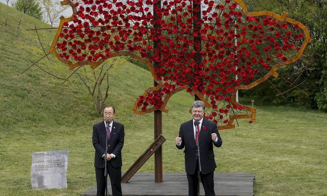 Ban Ki-moon e o presidente ucraniano Petro Poroshenko falam com a imprensa em frente a um mapa simbólico da Ucrânia, construído com flores vermelhas GLEB GARANICH / REUTERS