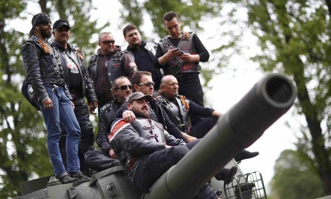 Membros de um grupo de motociclistas chamado Night Wolves vindos da Rússia, Macedônia e da Bulgária posam para foto em cima do tanque do Exército Vermelho em Berlim HANNIBAL HANSCHKE / REUTERS