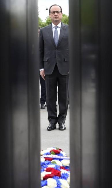 Presidente francês Francois Hollande se mantém em frente à estátua do general francês e ex-presidente Charles de Gaulle Loic Venance / AP