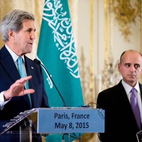 Secretário de Estado americano, John Kerry, acompanhado do ministro do Exterior saudita, Adel al-Jubeir, responde a perguntas de jornalistas durante entrevista coletiva em Paris Foto: Andrew Harnik / AP