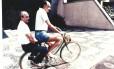 O jornalista Zuenir Ventura dá carona de bicicleta para o escritor Rubem Fonseca