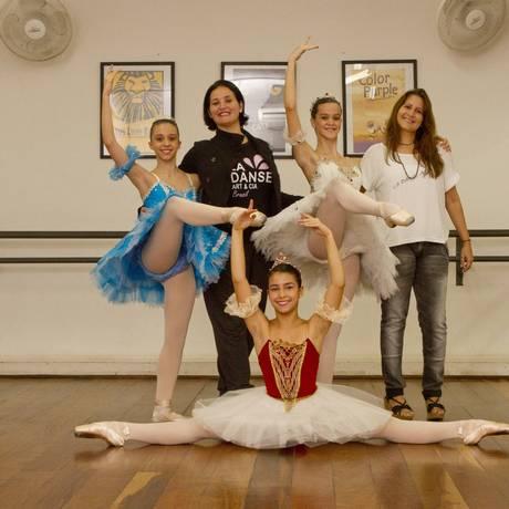 Sonho. Adriana (de preto) e Patricia (de branco) com jovens bailarinas que participarão do evento Foto: Bia Guedes