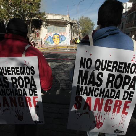 Protesto diante da fábrica onde duas crianças morreram com um vazamento de gás e que depois pegou fogo em Buenos Aires: trabalhadores imigrantes são submetidos a condições desumanas Foto: SOLEDAD AZNAREZ/La Nación/GDA