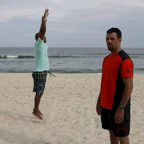 Salto. Marcelo (de vermelho) e o aluno Rubão, que pratica há 20 dias Foto: Luiz Ackermann