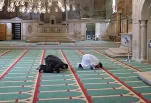 Fiéis muçulmanos rezam na mesquita criada pelo artista Christoph Büchel numa antiga igreja de Veneza Foto: CASEY KELBAUGH / New York Times