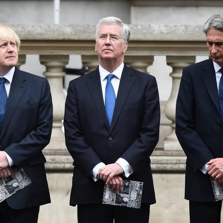 Ao lado do prefeito de Londres, Boris Johnson (esquerda), secretários da Defesa, Michael Fallon (centro) e das Relações Exteriores, Philip Hammond, durante as celebrações dos 70 anos do fim da Segunda Guerra. Fallon e Hammond tiveram a permanência confirmada no novo governo do primeiro-ministro David Cameron Foto: LEON NEAL / AFP