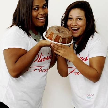 Olivia's Food: Lidia Cruz conta com a filha Ligia na aprovação das receitas Dukan. Na foto, o bolo de cenoura com chocolate Foto: Luiz Ackermann/ Agência O Globo
