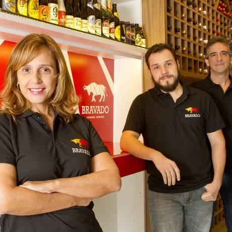 Jupiara Scharth, Carlos Scharth Jr. e Marcos Pedroza, sócios da Bravado, que vende carnes, especiarias, vinhos e cervejas Foto: Bia Guedes/ Divulgação