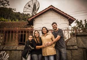 Em família: Carla, no centro, é mãe de Gustavo e 'emprestou' o útero para sua cunhada Natasha e o marido Max Foto: Fabio Seixo / Agência O Globo