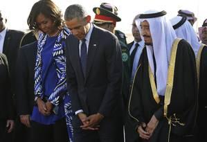 Barack Obama e o rei saudita Salman no aeroporto Rei Khalid, em Riad, no início do ano. Líderes voltarão a se encontrar para discutir futuro nuclear do Irã e conflitos no Iêmen Foto: JIM BOURG / REUTERS