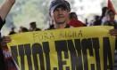 Um professor segura faixa contra o governador Beto Richa durante os protestos Foto: Nelson Antoine
