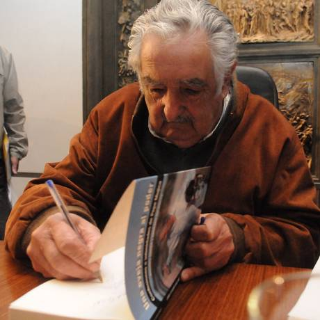 Autógrafo: Mujica durante apresentação do livro em Montevidéu Foto: Agustín Martinez Diario El Pais / GDA