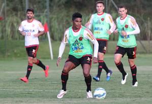 Almir em ação no coletivo do Flamengo em Atibaia Foto: Gilvan de Souza/Flamengo