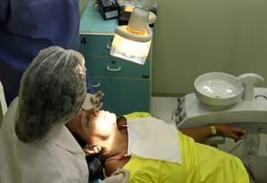 Paciente recebe atendimento em clínica de odontologia da Uerj: portas fechadas por falta de verbas Foto: Guilherme Leporace / Agência O Globo (13/03/2012)