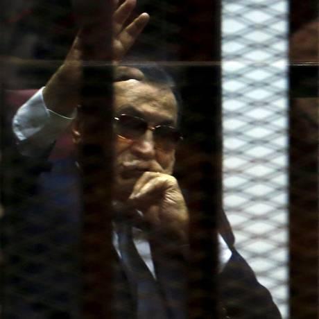 Ex-presidente egípcio Hosni Mubarak acena para seus partidários durante seu julgamento em um tribunal nos arredores do Cairo Foto: AMR ABDALLAH DALSH / REUTERS