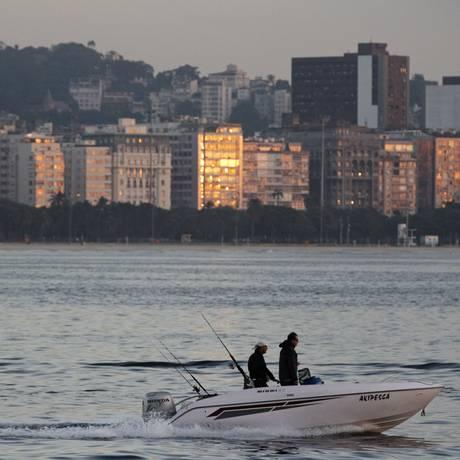 Raios de sol refletem nos prédios da orla Foto: Thiago Lontra / Agência O Globo