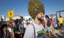 """Ativista pela legalização participa da """"Marcha da maconha"""" na orla de Ipanema, Zona Sul do Rio, na tarde deste sábado Foto: Fernando Lemos"""