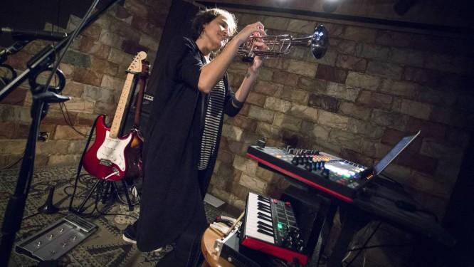 Claudia Dorei ensaia sozinha com diferentes instrumentos Foto: Leo Martins