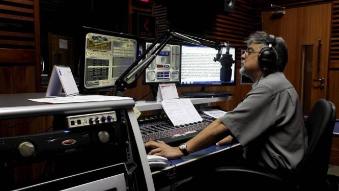 Rui Vasconcello é um dos locutores da Rádio MEC Foto: Gustavo Stephan
