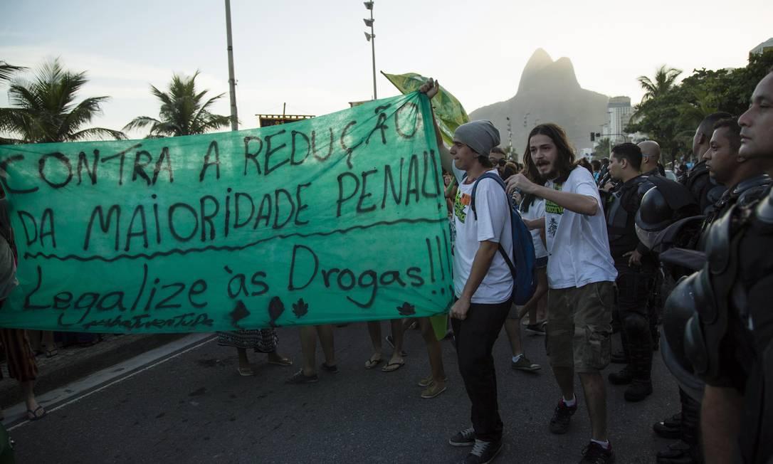 Faixas e cartazes também se espalharam pelo protesto Fernando Lemos