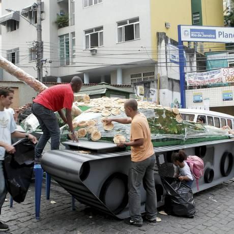 Campanha em 2012 pelo desarmamento em comunidade no Rio: governo federal interrompeu publicidade Foto: Gustavo Stephan/19-06-2012 / Agência O Globo