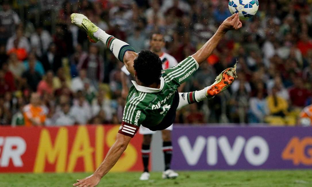 Fred tenta o voleio no ataque do Fluminense: tricolor criou muitas chances, mas sofreu para fazer o gol da vitória contra o Joinville Pedro Kirillos / Agência O Globo